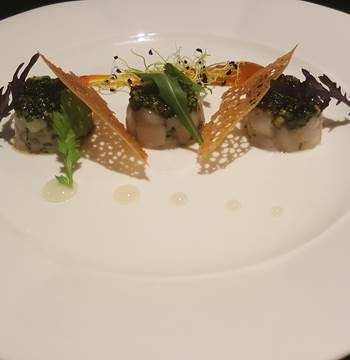 Tartare de noix de Saint-Jacques à la coriandre et à la noisette, vinaigrette au yuzu